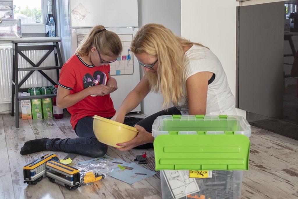 Wendy helpt Femke met de lego © Foto: Claudia Otten